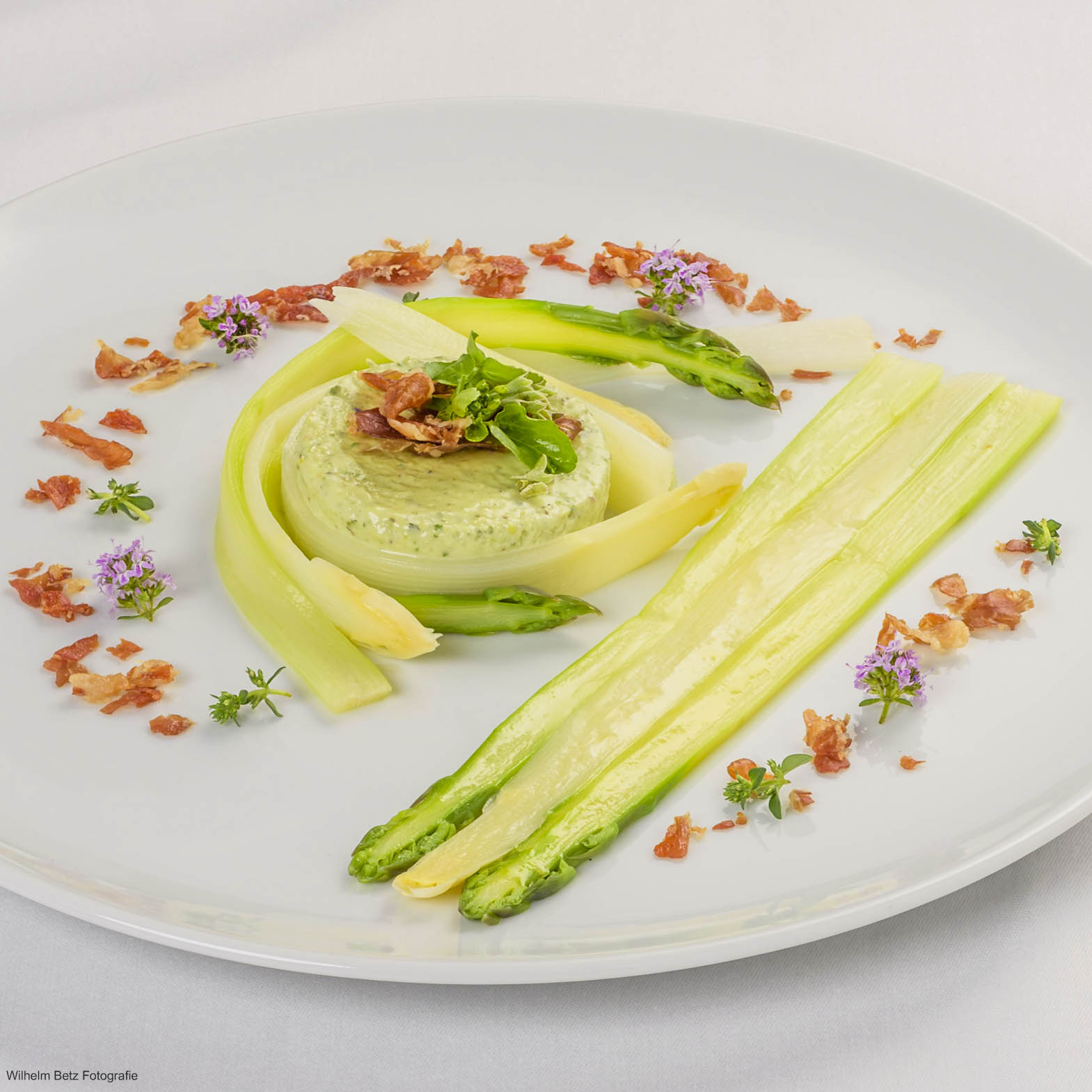 Asparagi bianco e verde con crema pistacchio