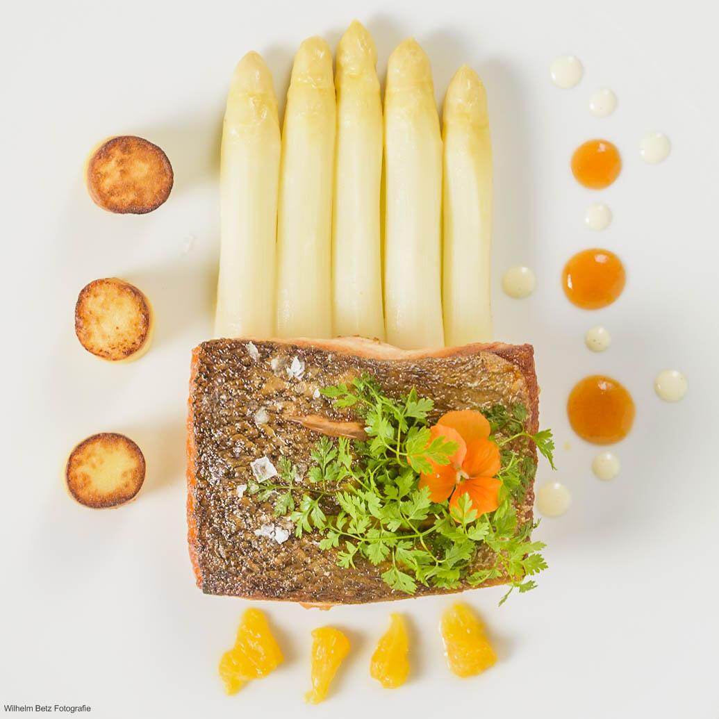 Salmone con asparagi bianco