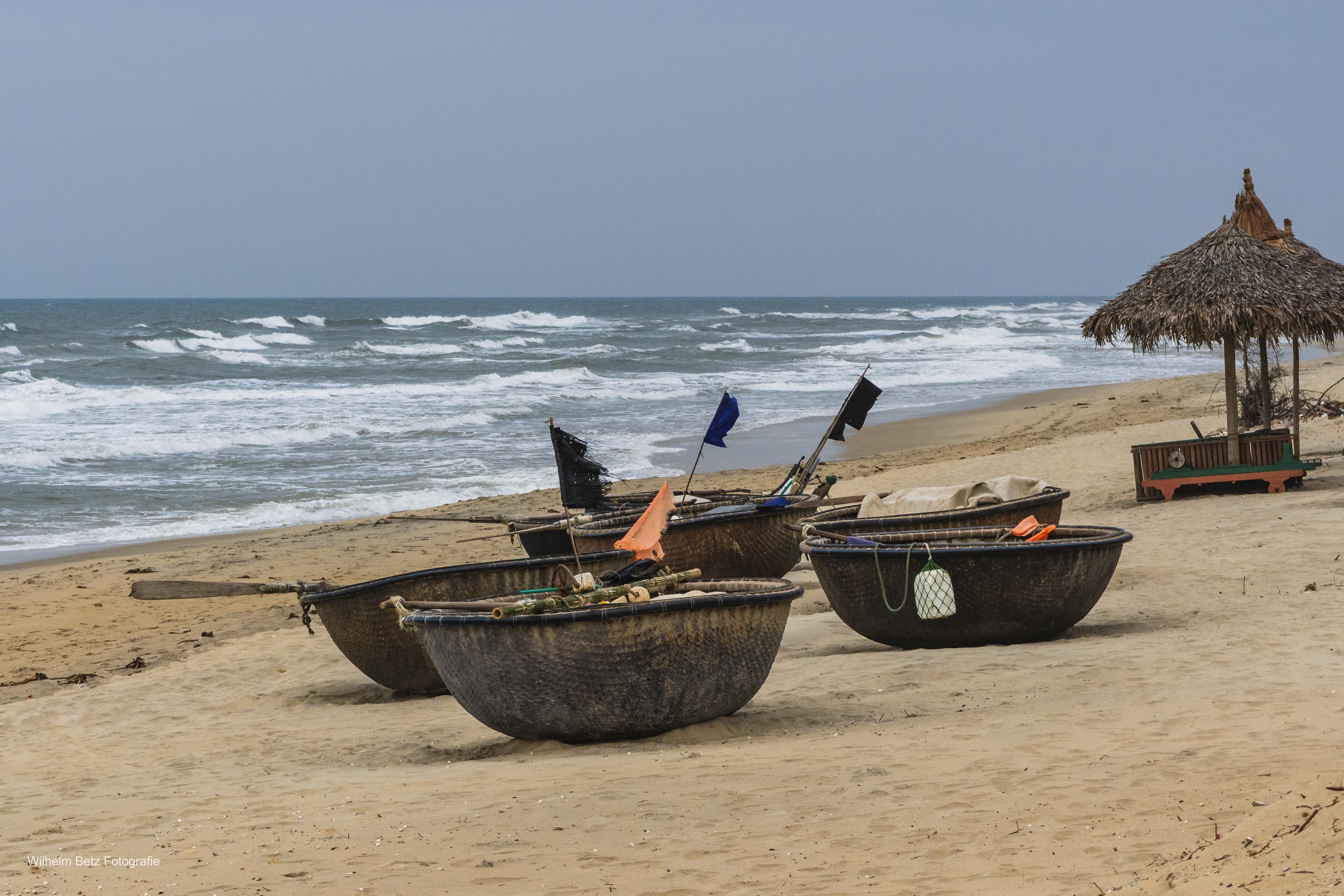 Kleine Fischerboote am Strand
